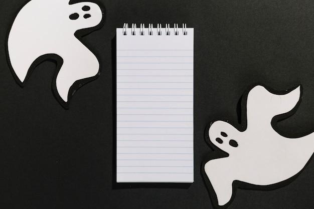 Fantasmas decorativos feitos de papel com notebook