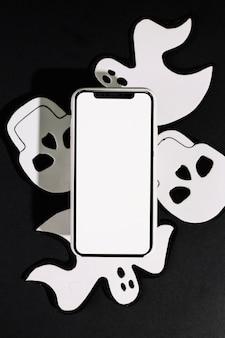 Fantasmas feitos à mão e crânios com telefone celular feito de papel