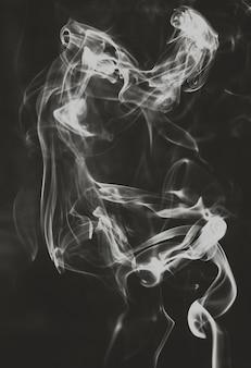 Fantasmas fumam abstrato em fundo preto