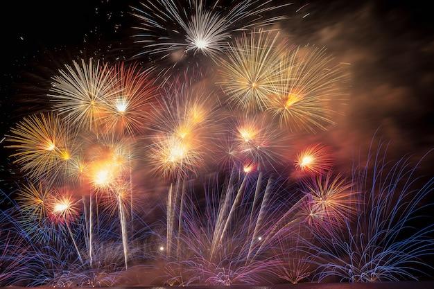 Fantastic multicolor firework celebration do grande barco sobre o mar