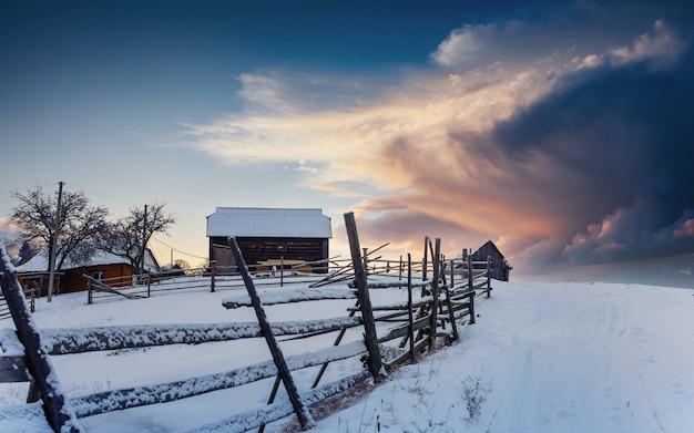 Fantástica paisagem de inverno, os degraus que levam à cabine