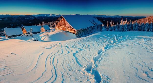 Fantástica paisagem de inverno, os degraus que levam à cabine.