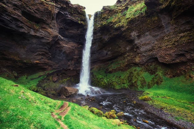 Fantástica paisagem de montanhas e cachoeiras na islândia
