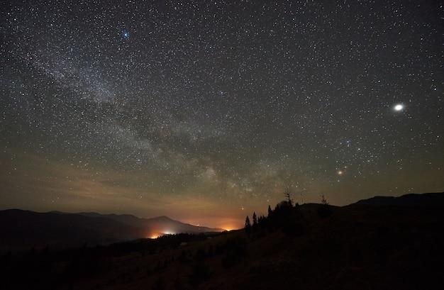 Fantástica vista das montanhas à noite