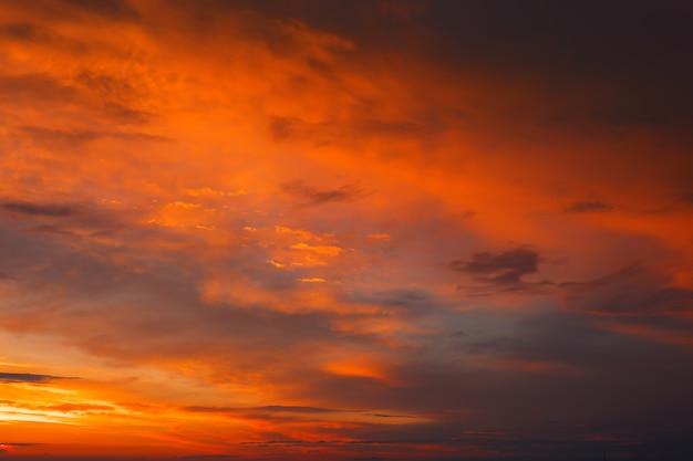Fantástico belo nascer do sol colorido com céu nublado. imagem cênica de luz dramática no clima de verão. papel de parede de foto pitoresca. fundo natural. beleza da terra.