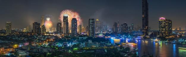 Fantástico multifirework explodindo sobre o panorama da paisagem urbana de bangkok