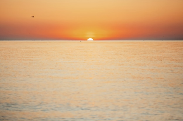 Fantástico pôr do sol no mar