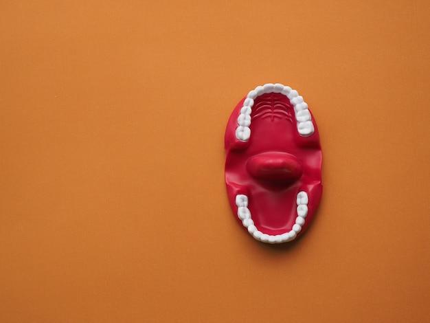 Fantoche de látex na boca. mostre e ensine às crianças o posicionamento adequado da língua, abrindo e fechando a boca e manipulando a língua.