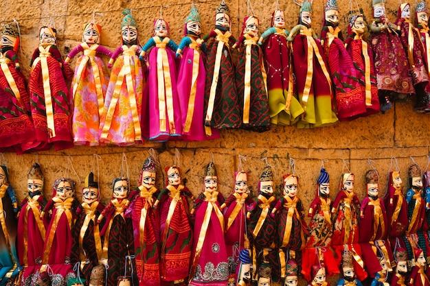 Fantoches tradicionais de rajasthani à venda em jaisalmer, rajasthan, índia.