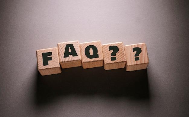Faq palavra escrita em cubos de madeira