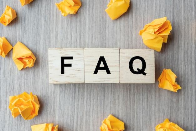 Faq (perguntas freqüentes) palavra com bloco de cubo de madeira