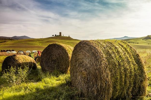 Fardos de feno em uma fazenda ao pôr do sol na toscana (itália)