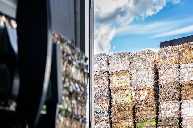 Fardos de papelão e papelão com fitas de arame reciclando