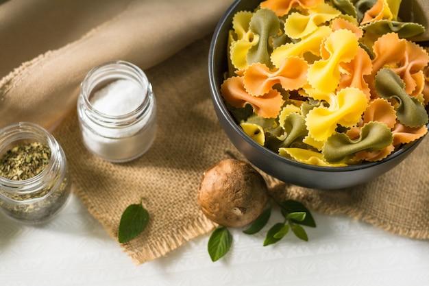 Farfalle tricolor alimentos saudáveis orgânicos. massas italianas