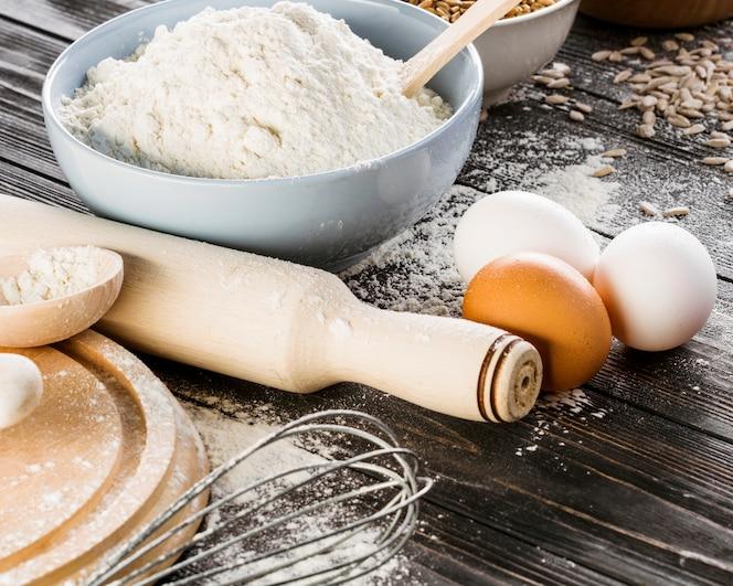 Farinha branca com ovos na mesa da cozinha