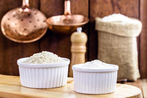 Farinha de arroz, alternativa farinha sem glúten e rica em fibras, em cozinha rústica Foto Premium