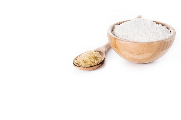 Farinha de arroz branco em uma tigela isolada no branco
