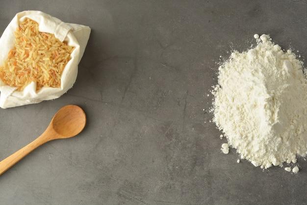 Farinha de arroz e arroz sobre farinha sem glúten.