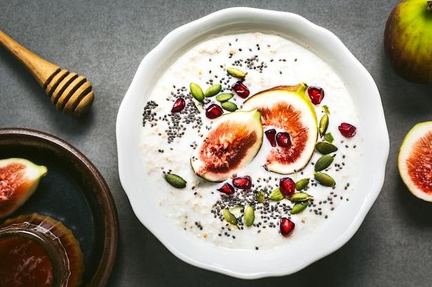Farinha de aveia com cobertura de sementes frescas de figo, romã e chai