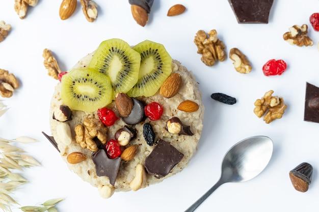 Farinha de aveia com frutas, chocolate e mel. café da manhã.