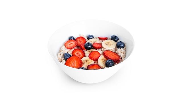 Farinha de aveia com frutas isoladas em branco. aveia com morango, mirtilo e banana.