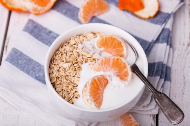 Farinha de aveia com iogurte e tangerina.