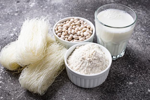 Farinha de soja sem glúten, macarrão e leite não lácteo