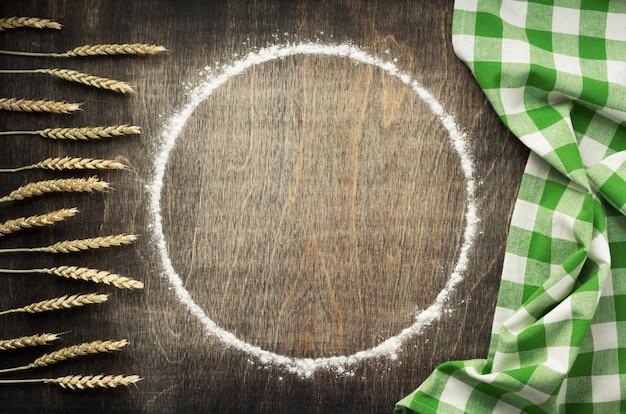 Farinha de trigo e ingredientes de panificação em fundo de madeira, vista superior
