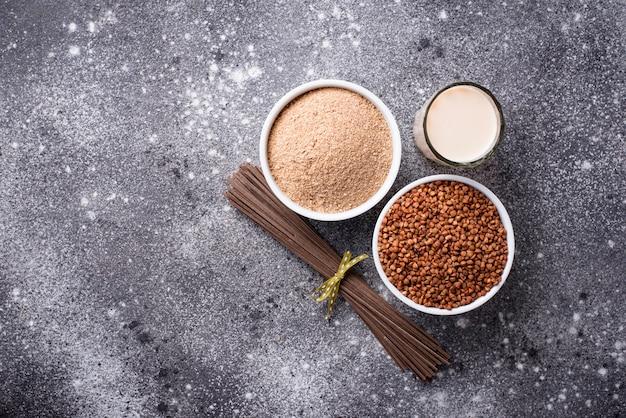 Farinha de trigo sarraceno sem glúten, macarrão soba e leite não lácteo