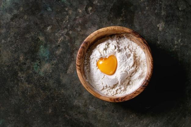 Farinha e gema de ovo