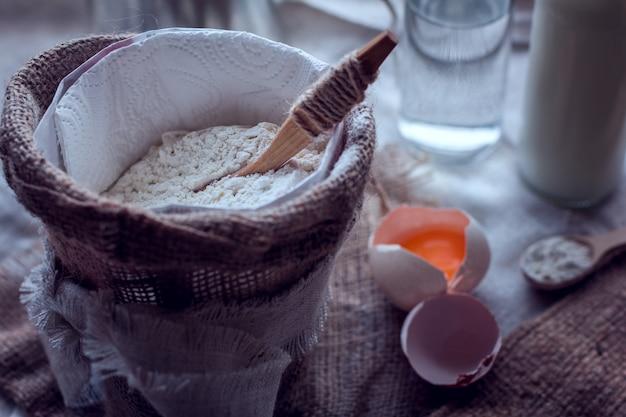 Farinha e ovo quebrado