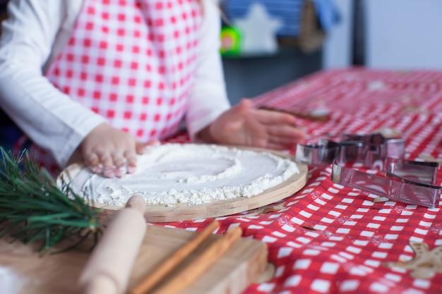 Farinha no tabuleiro e mãos de criança