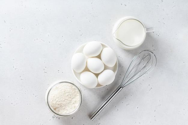 Farinha, ovo, leite sobre uma mesa, vista de cima