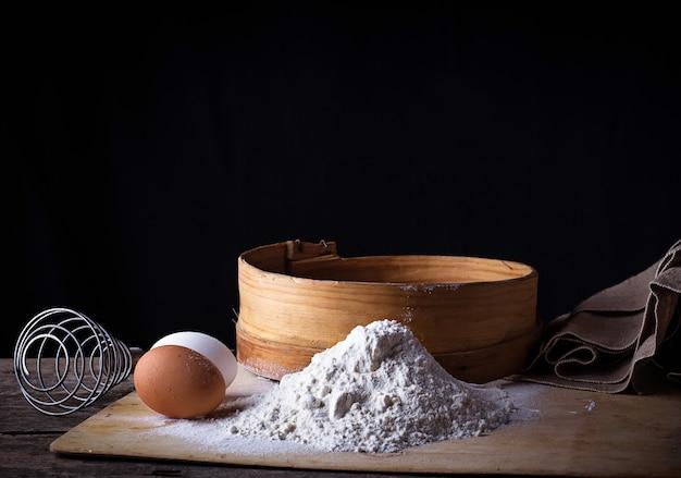Farinha, peneira e ovos
