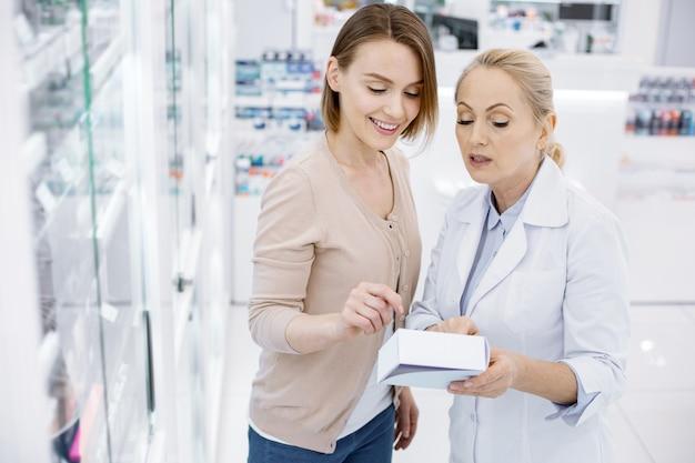 Farmacêutica ajudando uma jovem