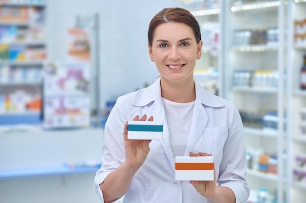 Farmacêutica com remédios nas mãos