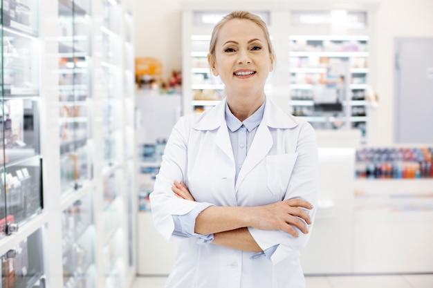 Farmacêutica feliz em uma drogaria