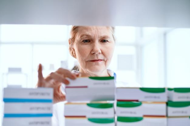 Farmacêutica feminina escolhendo o produto médico certo