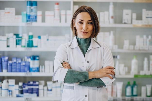 Farmacêutica jovem em farmácia