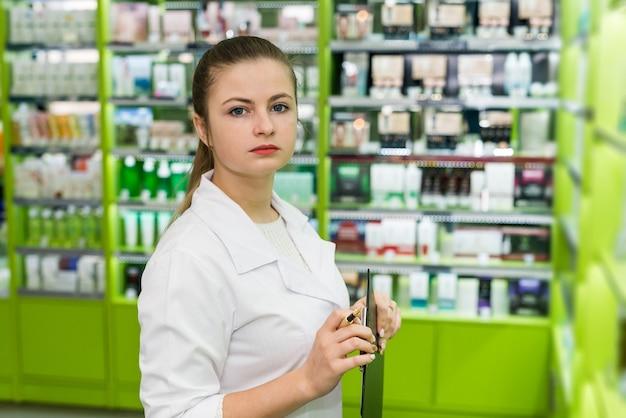 Farmacêutica linda mulher segurando uma prancheta nas mãos