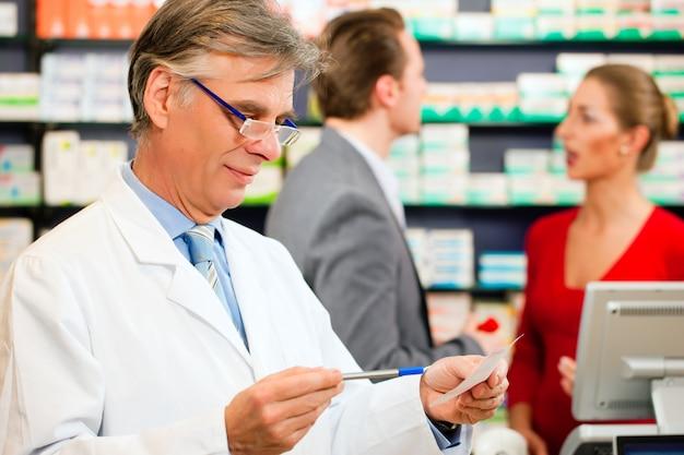 Farmacêutico com clientes na farmácia