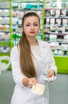 Farmacêutico com comprimido em blister e notas de euro