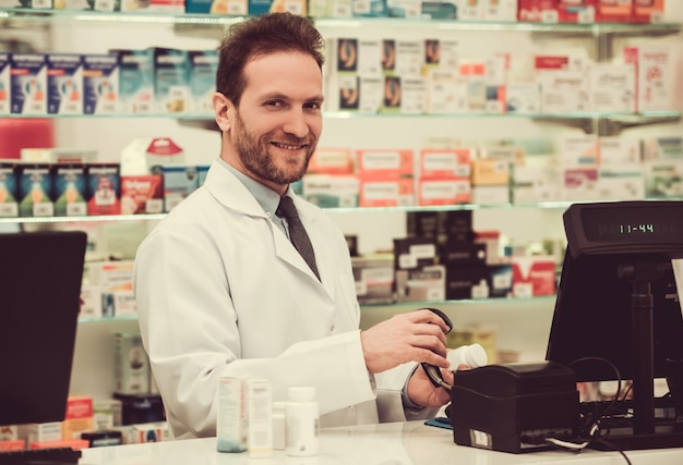 Farmacêutico considerável no trabalho