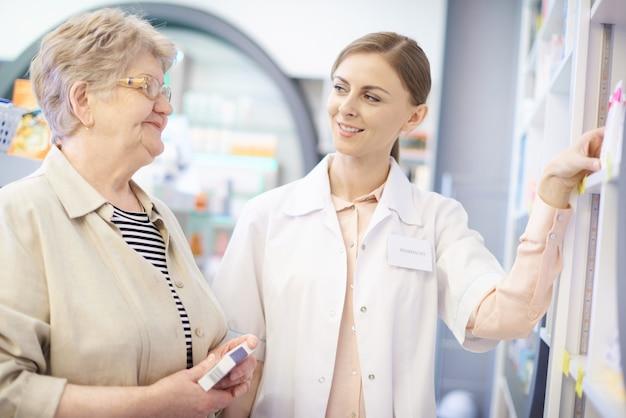 Farmacêutico cuidando da saúde da mulher madura