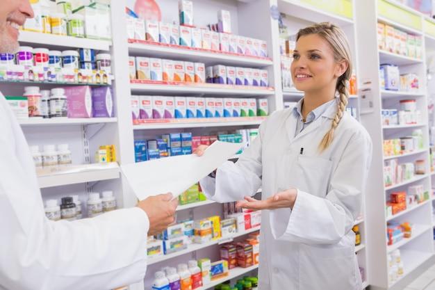 Farmacêutico e estagiário falando juntos sobre medicação