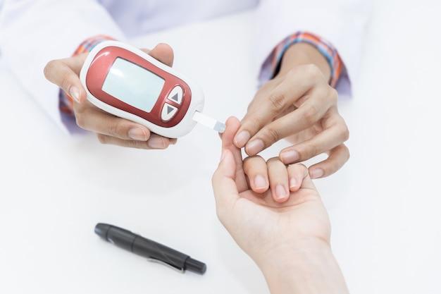 Farmacêutico em farmácia determina nível de glicose no sangue para determinação de insulina em paciente