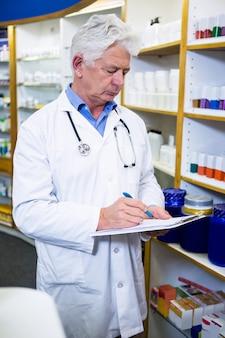 Farmacêutico, escrevendo na área de transferência