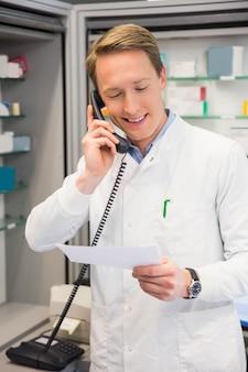 Farmacêutico feliz no telefone