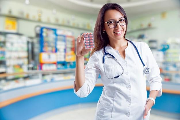 Farmacêutico mostrando a medicação na farmácia