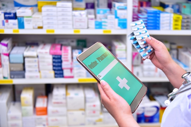 Farmacêutico segurando o tablet do computador, usando para preencher a receita na drogaria da farmácia